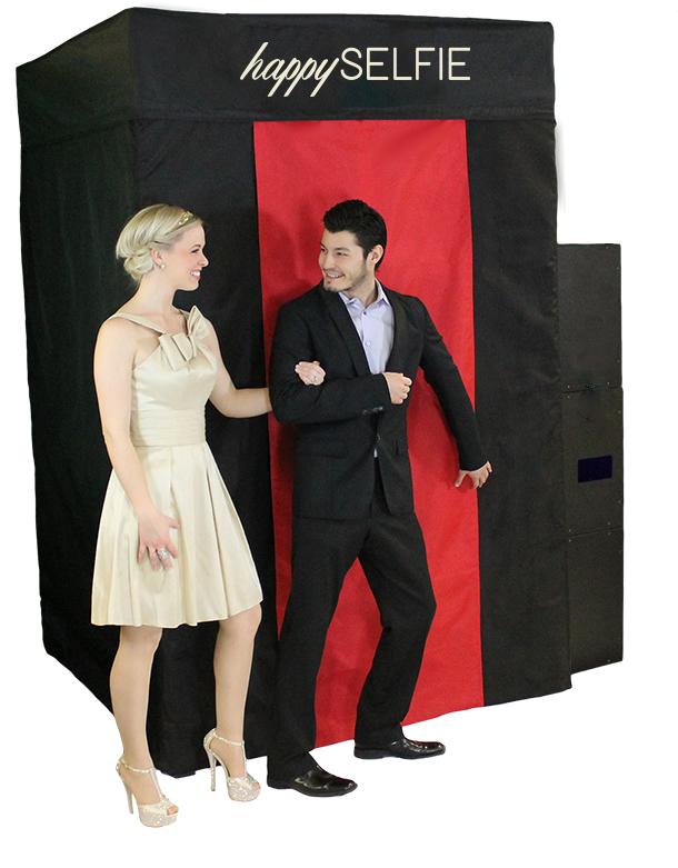 Los invitados ingresan a un espacio cerrado a tomarse las fotos.Incluye un Backing de tela de su elección (228,6 x 152,4 x 152,4 cms.)